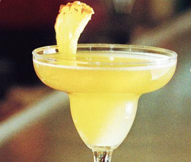 Denna kubanska drink av ananasjuice, vit rom, limejuice, apricot brandy och sockerlag är tilltalande både i smak och utseende. Nacional de Cuba gör du både snabbt och enkelt.