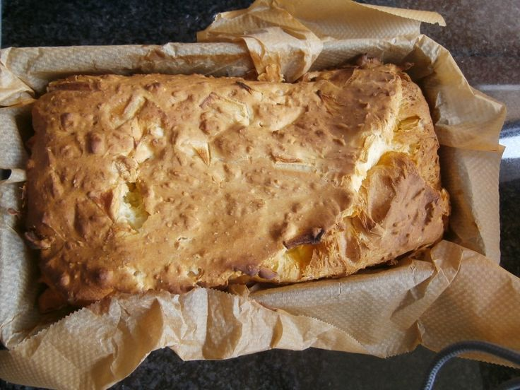 Dit brood lijkt qua smaak een klein beetje op 'koekebrood'.    De basis is telkens hetzelfde, maar je kan ermee variëren.Het lukt het beste in een cakevorm.Ik probeerde het ook al