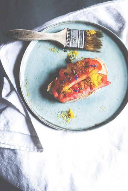 Mon petit bistrot: bruschetta al pomodoro. bottarga e fiori di lavanda