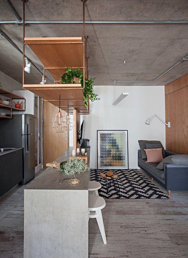 Compacto, o ambiente tem sofá da Carbono, com almofadas da Tri.co Decor, tapete da By Kamy e luminárias da Reka. O quadro é da Urban Arts, e o baquinho Bate-Papo, de Flávia Pagotti, da Dpot Objeto (Foto: Gui Morelli / Divulgação)