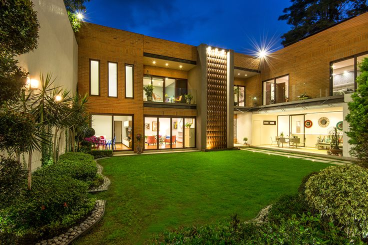 canceles de madera, vista desde jardin, toma nocturna.#ventana #ventanademadera #madera #multivi #puertademadera #puerta