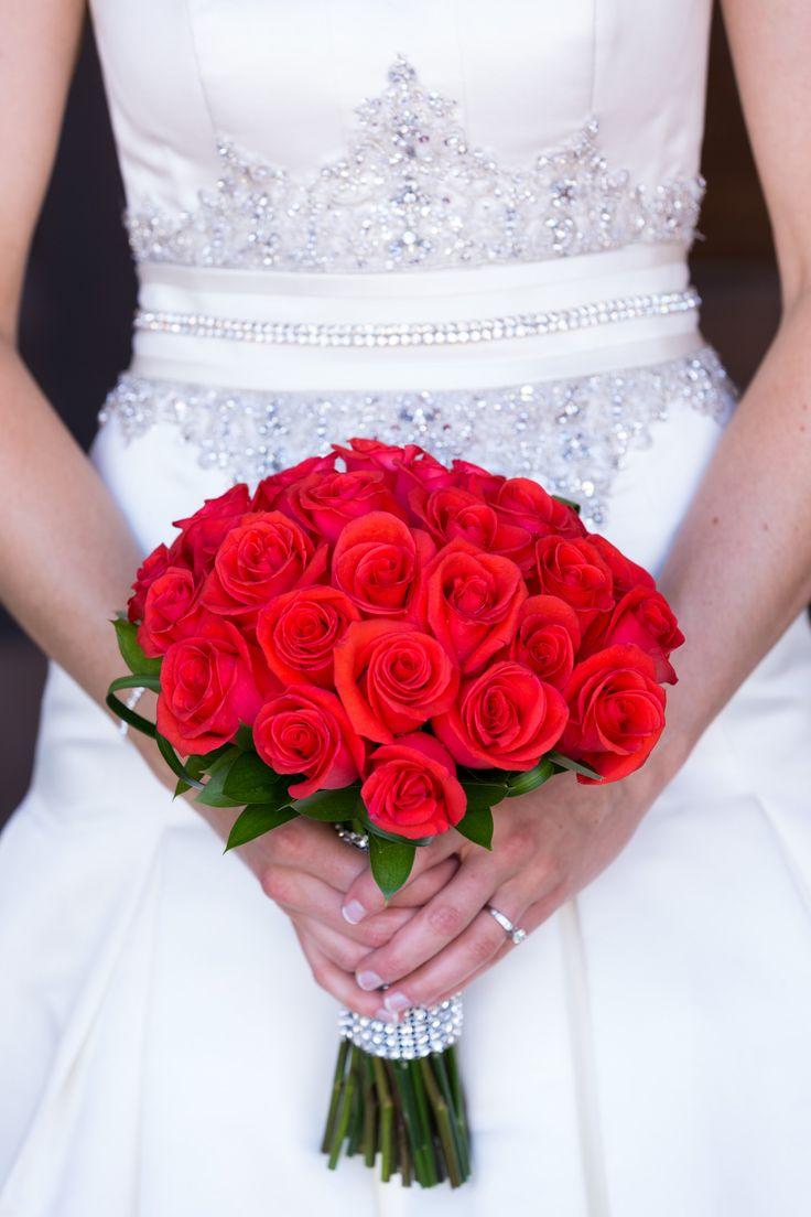 Ramo de novia de rosas rojas estilo romántico