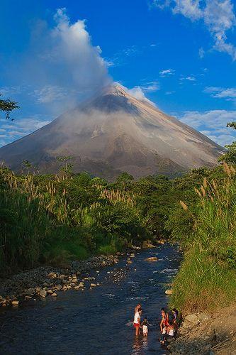 ¡No es un cuadro! Es el volcán arenal en #CostaRica. Tiene una altura de 1.670 msnm. El volcán se encuentra dentro del Parque Nacional Volcán Arenal. #BestDay #OjalaEstuvierasAqui