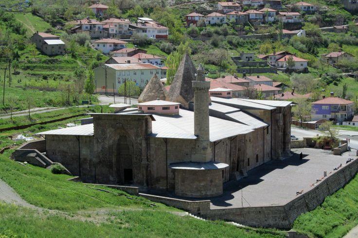 Cami 1228–29 yıllarında Mengücekli beyi Ahmed Şah tarafından; Dârüşşifa ise aynı tarihte, Ahmed Şah'ın eşi ve Erzincan beyi Fahreddin Behramşah'ın kızı olan Turan Melek tarafından yaptırılmıştır.