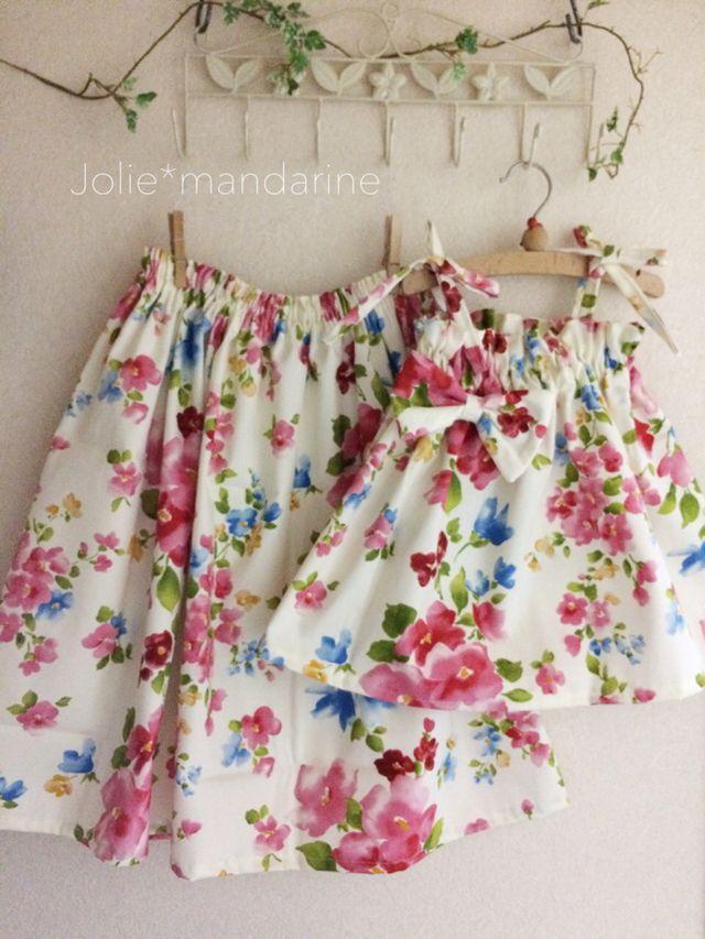 親子でお揃いのママ用ふんわりギャザースカートとお子様用4wayリボンキャミソールワンピース&スカートをお作りしました。エレガントなフラワープリントが素敵なセットです。ミルキーホワイトベースの生地にブルーやピンク、イエローの綺麗色のお花柄。ママとお子様、親...