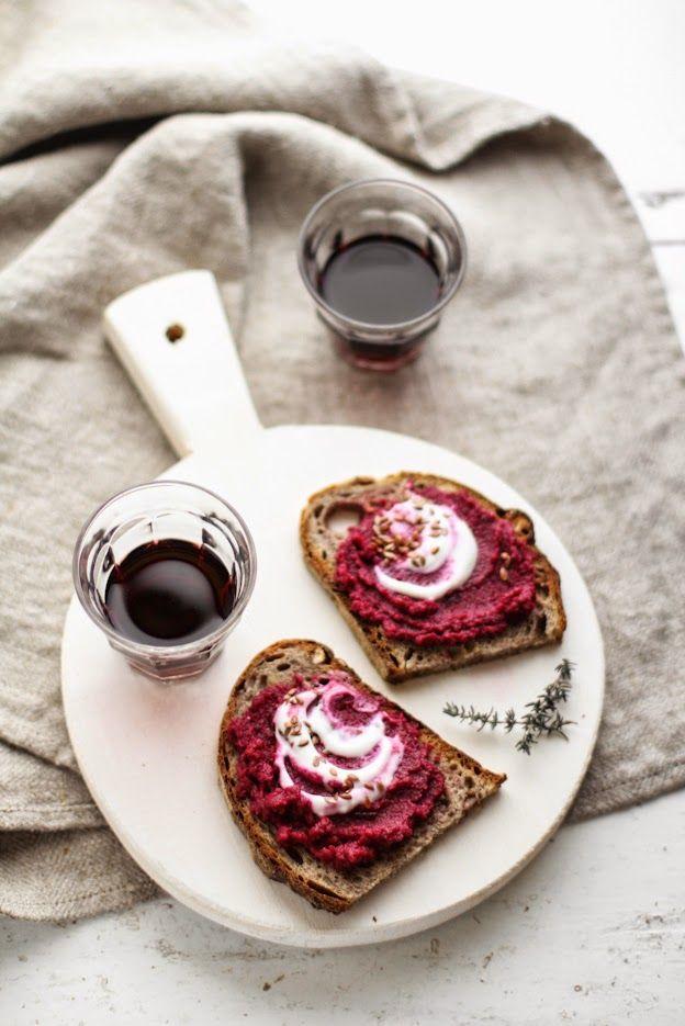 Crostoni autunnali con pane alle noci, rape rosse, yogurt e semi