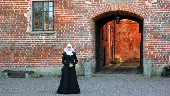 Görvel Fadersdotter Sparre (1517-1605) framför Torups slott