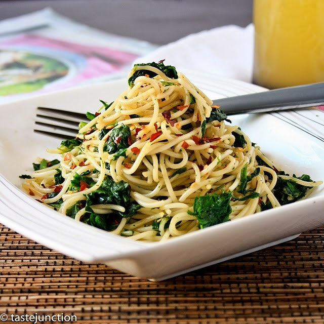 Healthy pasta: Dinners Tonight, Spinach Spaghetti, Garlic, Yummy Food, Wheat Pasta, Healthy Pasta Dishes, Green, Spaghetti Recipes, Lights Dinners