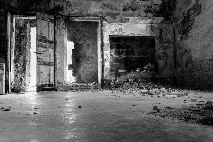 Stanze vuote di una masseria abbandonata: giocare a nascondino è il primo gioco