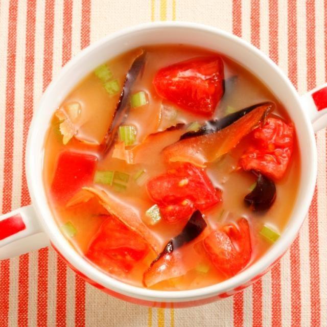 かちゅー湯は沖縄の伝統料理で朝ごはんや二日酔いのときによく飲まれているそう。本来はかつお節と味噌だけですが、ヤマキ流にアレンジしてみました(^_-)-☆厚削りを使うと食べごたえがあっておいしいです! - 51件のもぐもぐ - トマトとセロリのかちゅー湯 by いいだし、いい鰹節。ヤマキ