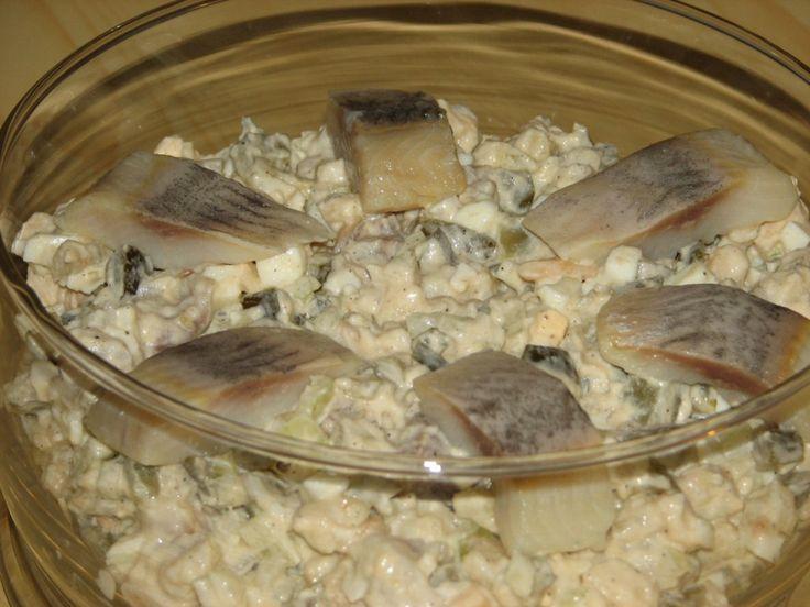 Przepis na kaszubska sałatka śledziowa. Matiasy opłukać z oleju, włożyć do miski i zalać zimną przegotowaną wodą. Moczyć przez około 90 minut, następnie ponownie opłukać zimną wodą i pokroić w paski.