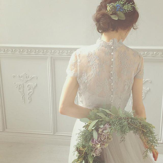 後ろはくるみボタン  4月に行ったパリで買ったレースを染めました  ブルーでもグレーでもない名前の付けられない色は何度も試してやっと出せた好きな色  ぜひご覧いただきたい自慢のドレスです  #weddingdress #wedding #ウェディング #ウェディングドレス #maisonsuzu #カラードレス