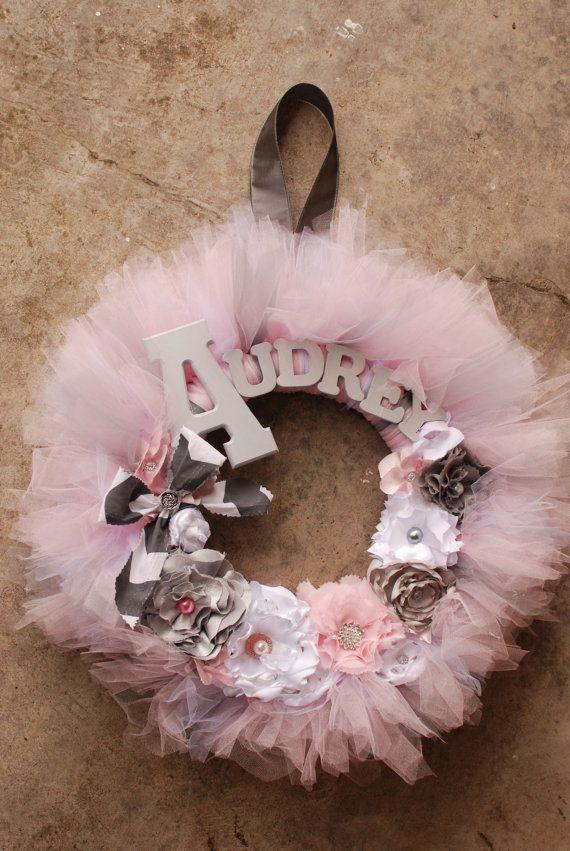 Audrey Wreath - moderno Vintage stile Shabby Chic Tutu Tulle Wreath - rosa e grigio con carattere stampatello