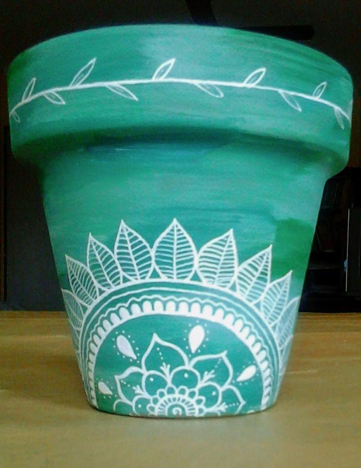 Maceta de barro pintada a mano terminada.  Matices de verde y mandala.