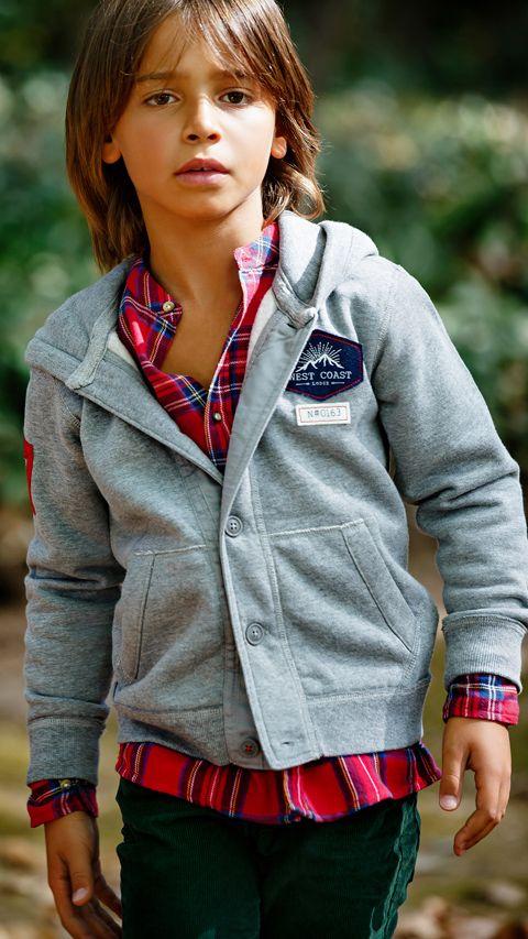 Menino com blusa de frio Boy in a cold sweater