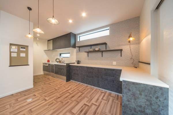 ダイニングを広く キッチンは壁付けにしてl型に配列 壁付けキッチン