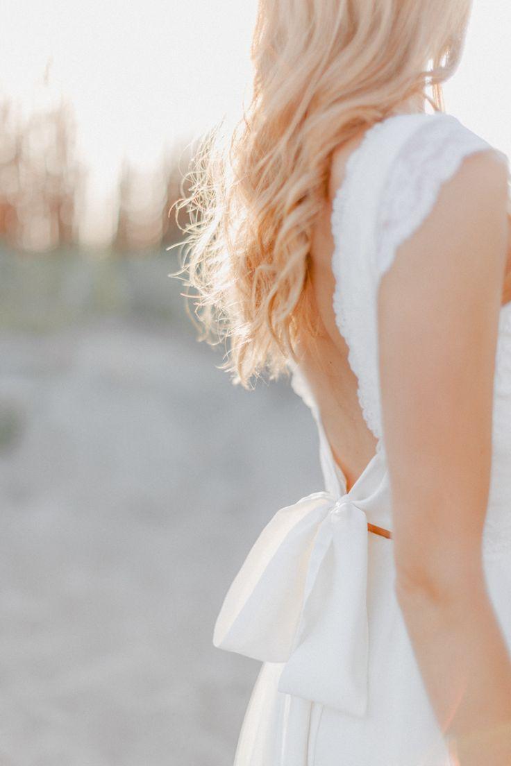 Seaside Love Beach wedding Brautkleid: Camille by Sœur Cœur Fine Art Photographer: Bina Terré Hair and Make up Artist: Liebesart by Janine Hohmann Model: Michelle M. über Brüderchen & Schwesterchen