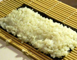 A+rizs+a寿司sushi+[szusi,+az+u-t+ejtsd+az+u+és+ü+között]+alapja.+Bár+sokan+hajlamosak+azt+hinni,+hogy+ez+valamilyen+speciális+rizsfajtát+jelent,+és+hogy+ez+a+rizs+ragacsos,+valójában+teljesen+közönséges+rizsről+van+szó,+japánul粳uruchi+[urucsi,+az+u-t+ejtsd+az+u+és+ü…