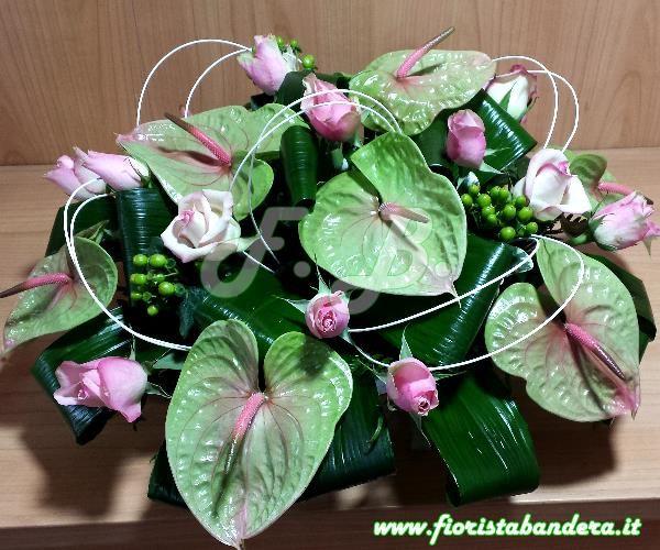 Composizione con Anthurium e rose rosa con verdi di complemento