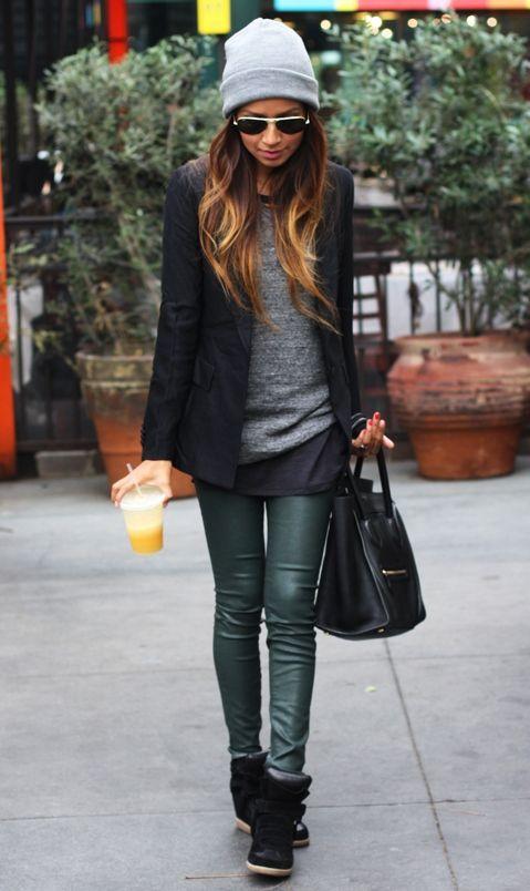 Röhrenjeans lässig kombiniert mit einem schwarzen Blazer. Weitere tolle Outfits…
