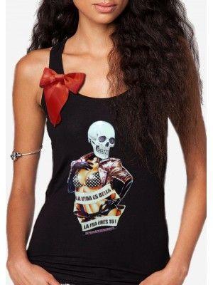 """Atrevida camiseta, protagonizada por pin up calavera, con el mensaje: """" La vida es bella, la fea eres tú """"  Lacito rojo de satén de seda."""