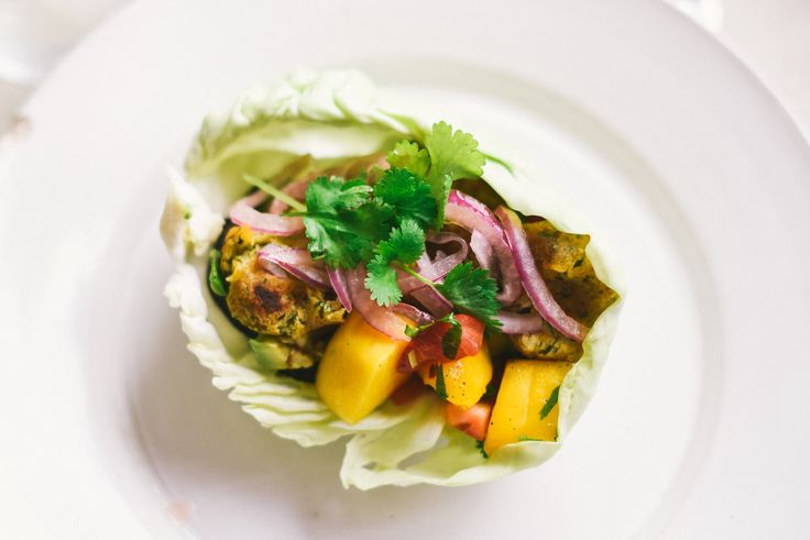 Vitkål med falafel, stekt aubergine, mangosalsa, picklad rödlök, avokado och koriander