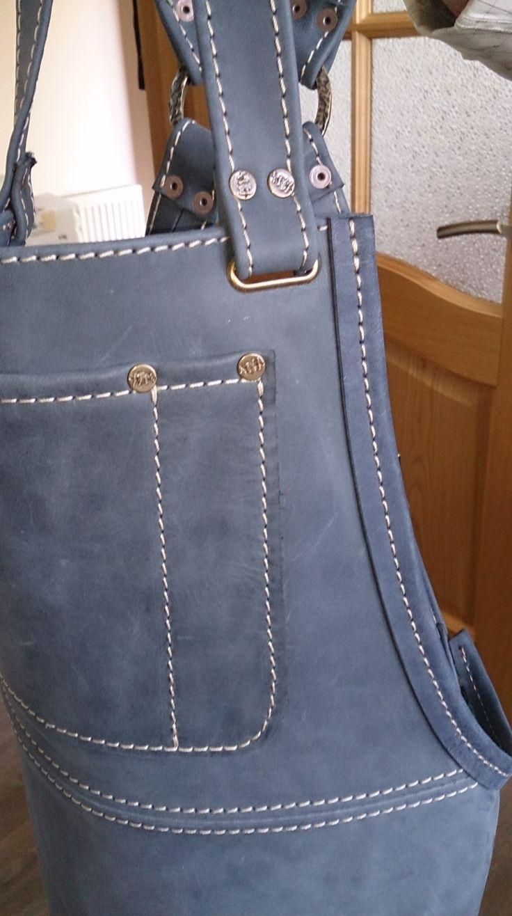Синий фартук из натуральной кожи. Цена 7500 руб.