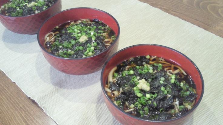 (July 22, 2012) Hanamaki-soba. 今日の昼食は花巻蕎麦にしました。北海道産の蕎麦粉十割で打って、海苔と小口ネギを散らしてワサビを乗せました。花巻蕎麦という名前は、海苔が「磯の花」に例えられることに由来するそうです。