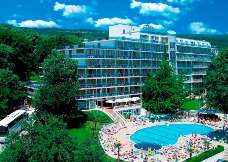 VIND REJSE: Hotel Perla er skønt beliggende i parklignende omgivelser ved Bulgariens dejlige superstrand - Golden Sands. Området på Sortehavskysten er blandt andet kendt for sit gyldne kvartssand. Det er her, man tager hen, hvis man elsker sol, sommer og strand - til rimelige priser. #vind #rejser #ferie