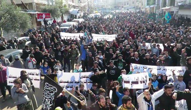 Ribuan Warga di Idlib Turun ke Jalan Dukung Jabhah Fath al-Sham Ribuan warga Suriah di wilayah Idlib dan Aleppo barat Jumat (13/01) turun ke jalan mendesak faksi-faksi pejuang bersenjata bersatu dan melebur menjadi satu kekuatan besar. Desakan itu berbarengan dengan desakan untuk merealisasikan tujuan revolusi menggulingkan rezim Bashar Assad. Tidak hanya itu massa juga mengutuk keras operasi militer koalisi internasional pimpinan AS menargetkan faksi-faksi Islam di Idlib. Seperti…