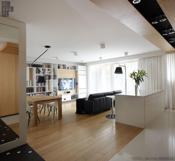 Dużym atutem mieszkania urządzonego przez architektów jest właśnie geometryczna, dyskretna zabudowa wolnych przestrzeni