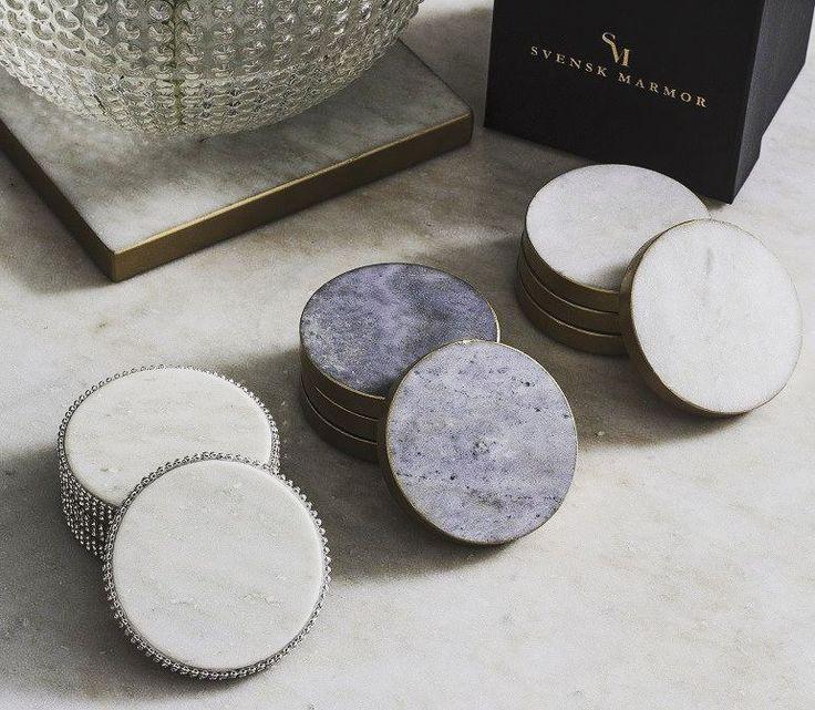 Vi blir  av glasunderläggen från Svensk Marmor! Finns i vit eller blå marmor med guldkant eller strass på Sovrumsshoppen.se - nu med 8 % rabatt! #marmor #glasunderlägg #kök #hem #vardagsrum #inredningsdetaljer #inredning #inredningsinspiration #inspiration #svenskmarmor #hemma #servering #home #interior #interiors #interiordesign #marble #sovrum