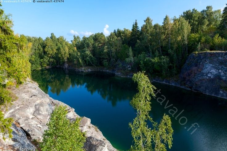 Järvi Ahvensaaren vanhalla louhoksella - Ahvensaari Rönudden Rönuddenin niemi järvi kalkkikivilouhos louhittu louhos vanha vesi Paraisten Kalkkivuori kesä kesäpäivä