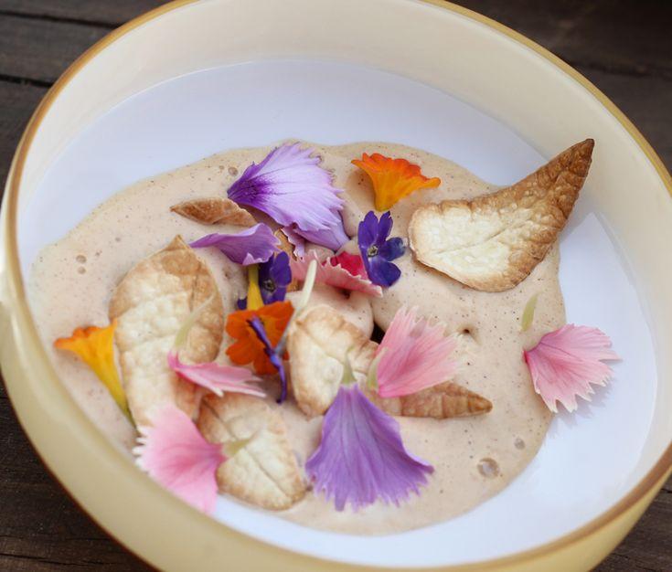 Sorvete de flores e caramelo com folhas de biscoito crocante salgado do menu Mensageiro das Estrelas, de Gabriel Vidolin