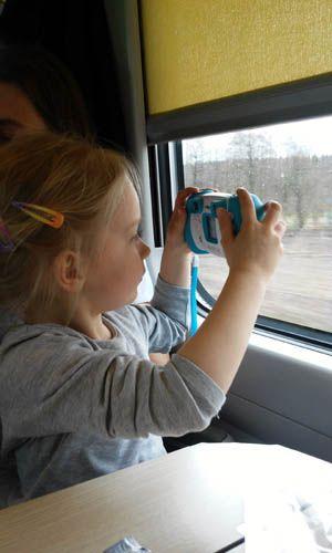 Czym lepiej podróżuje się z dzieckiem na krótkich trasach - lepiej samolotem czy pociągiem? Porównujemy podróż Pendolino z krótkim lotem tanimi liniami.