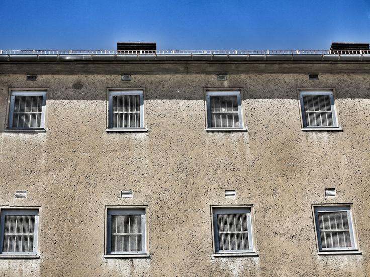 Außenaufnahme der ehemaligen U-Haftanstalt der Stasi in Rostock mit Blick auf vergitterte Fenster der oberen Stockwerke.