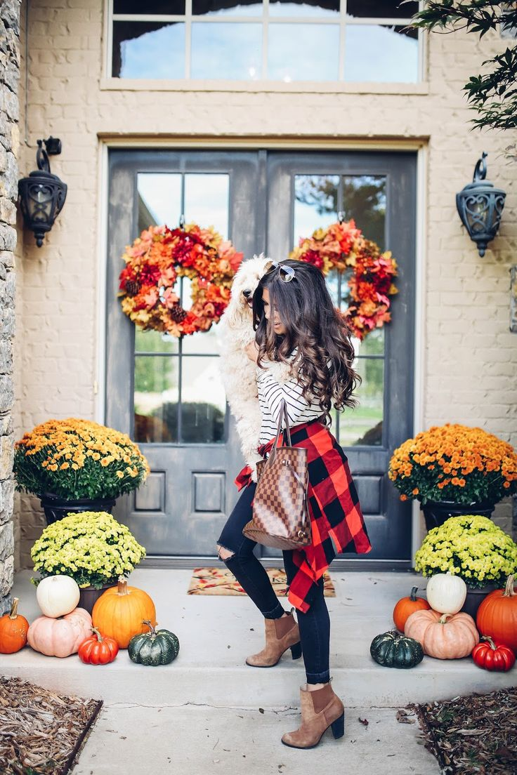 fall front porch decor and outfit