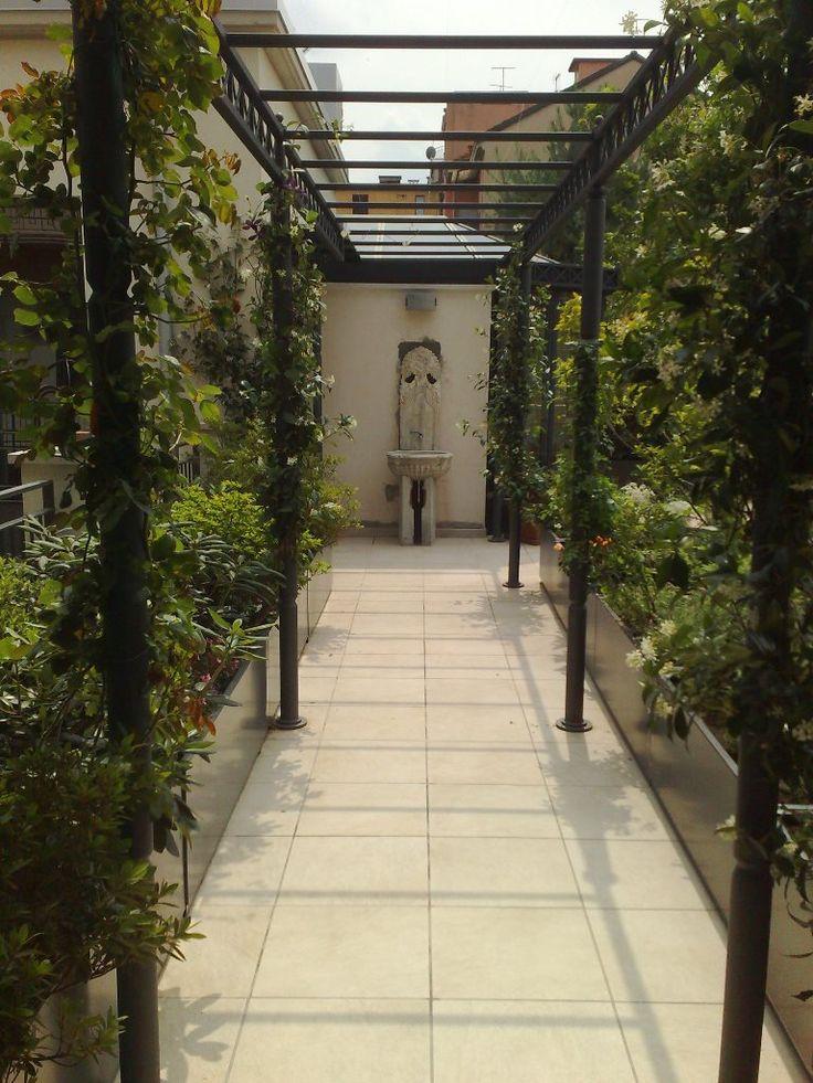 Camminando tra i cespugli, sembra un giardino rinascimentale francese, invece e un tetto di Milano!