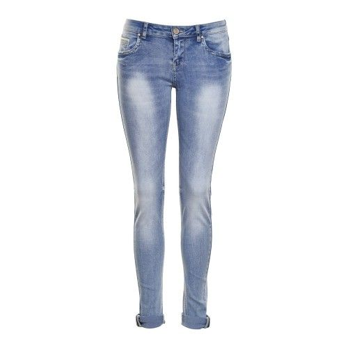 Aansluitende afgewassen jeans met ecru lederlookdetail aan klein zakje vooraan, twee zakken achteraan en zijkant van de omslag onderaan. De pop draagt S.