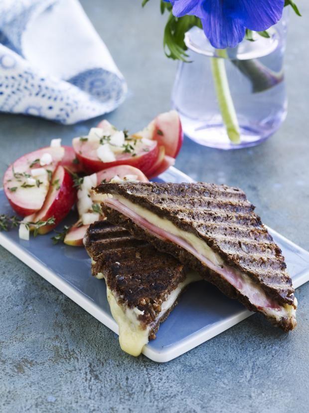 Vi kender vist alle den klassiske parisertoast bestående af to skiver grillet toastbrød med masser af ost og skinke. Vi genopliver den nemme klassiker med en moderne version af parisertoasten med fuldkorn og masser af smag!