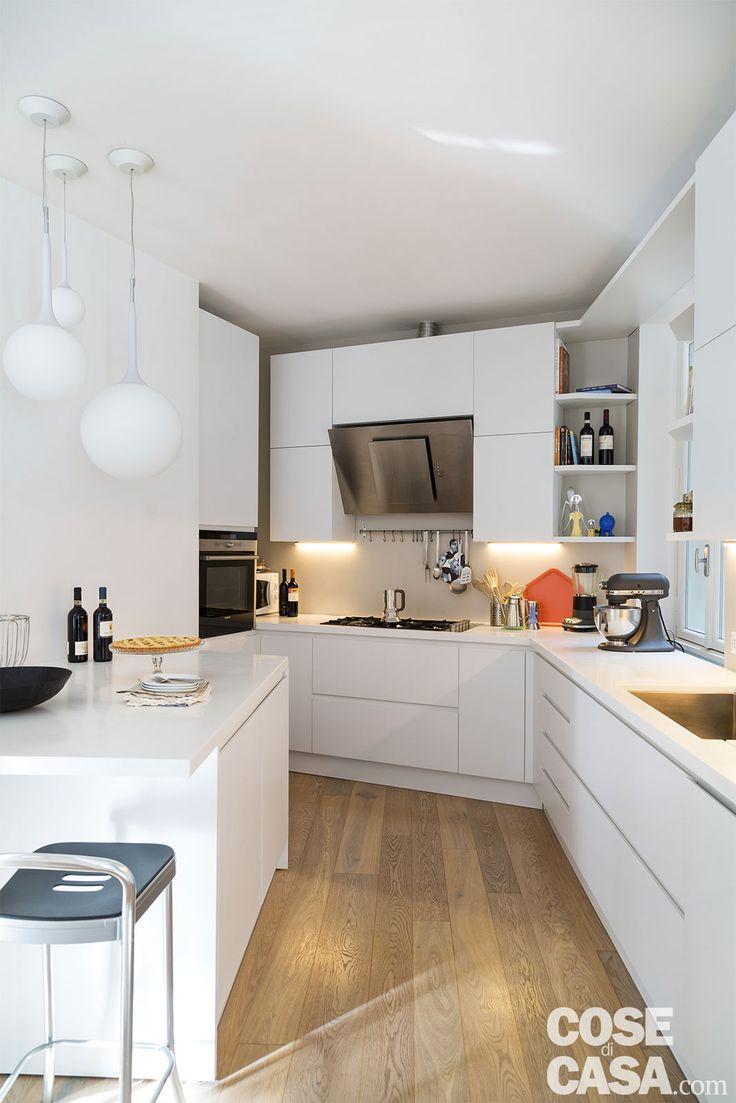 """Negli ampi spazi della abitazione-studio, le separazioni flessibili realizzate creano soluzioni a scomparsa, veri e propri volumi """"nascosti""""."""