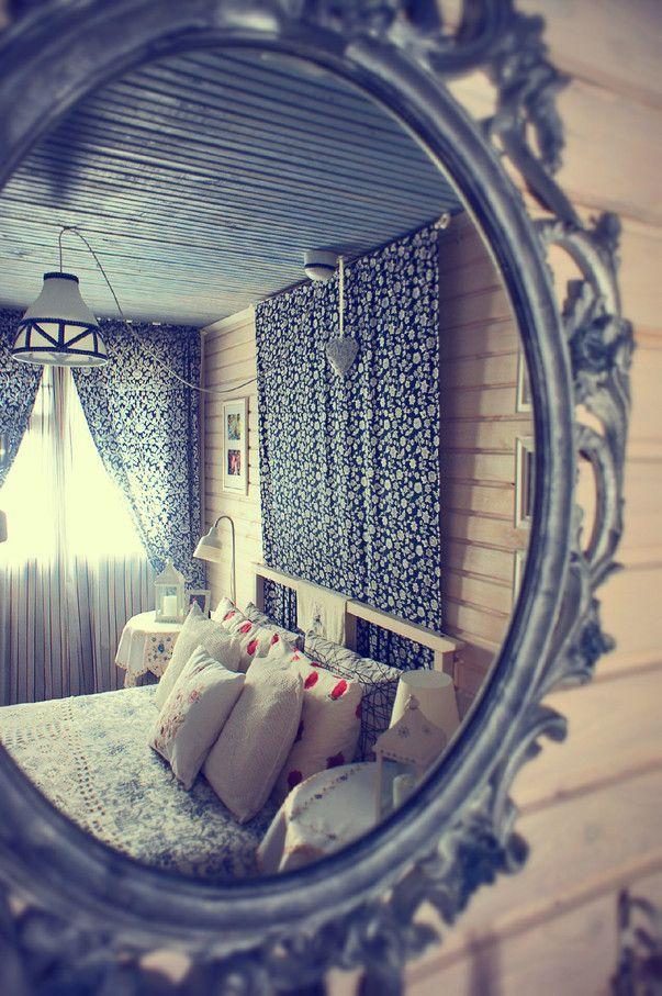 Интерьер спальни в загородном деревянном доме. Фото