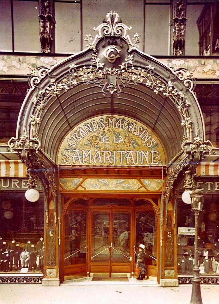 """Bienvenus aux """"Grands Magasins de la Samaritaine"""". Le tout nouveau """"Magasin 2"""" est désormais ouvert. Son entrée, située rue de la Monnaie, est ornée d'une marquise de verre très ouvragée qui s'harmonise élégamment à la façade, dont le décor est constitué de fer forgé et de céramique. Nous sommes en 1910.... Autochrome anonyme"""