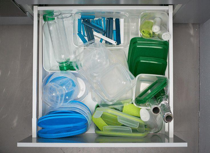 I contenitori di plastica, le bottiglie e i fogli di alluminio sono ideali per organizzare i cassetti della cucina - IKEA