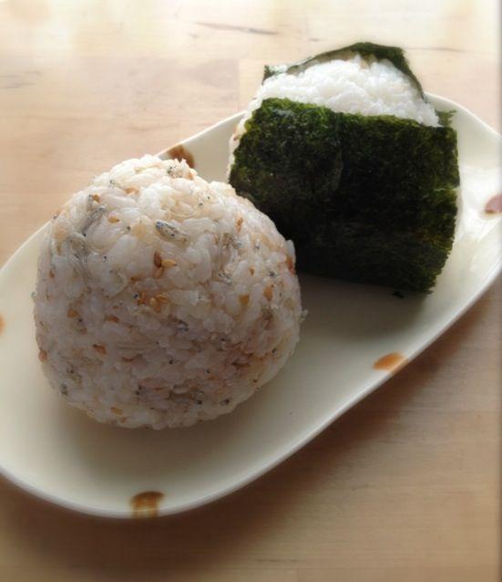 旦那の朝ごはんと軽い昼ごはん用です。  梅じゃこ 鶏ハムマヨ - 12件のもぐもぐ - おにぎり2個 by nishimakigohan