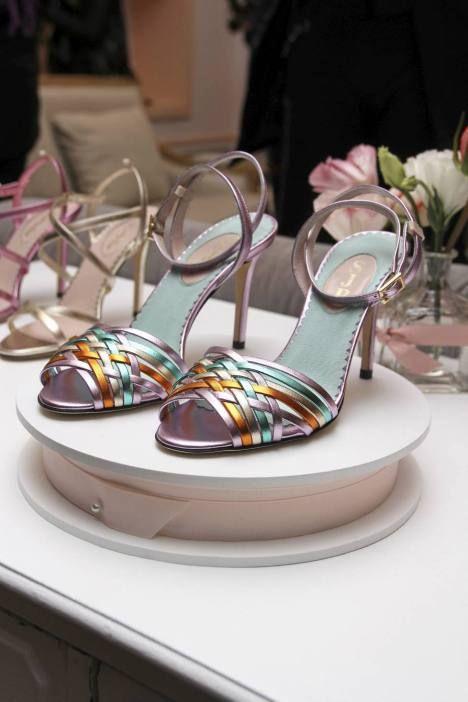Tähtinäyttelijä Sarah Jessica Parkerilta tuli uusi kenkämallisto. Tämä muotisuunnittelija Maud Frizonin mukaan nimetty kenkä on leikkisän värikäs.