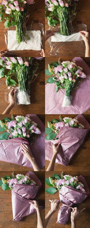 ラップを用意して中央にぬれたクッキングシートを敷きます。 花束の根元を包んでラップでくるみます。 柔らかい大きなティッシュを折り畳みながら茎全体を包み、最後にリボンで留めて、出来上がり。