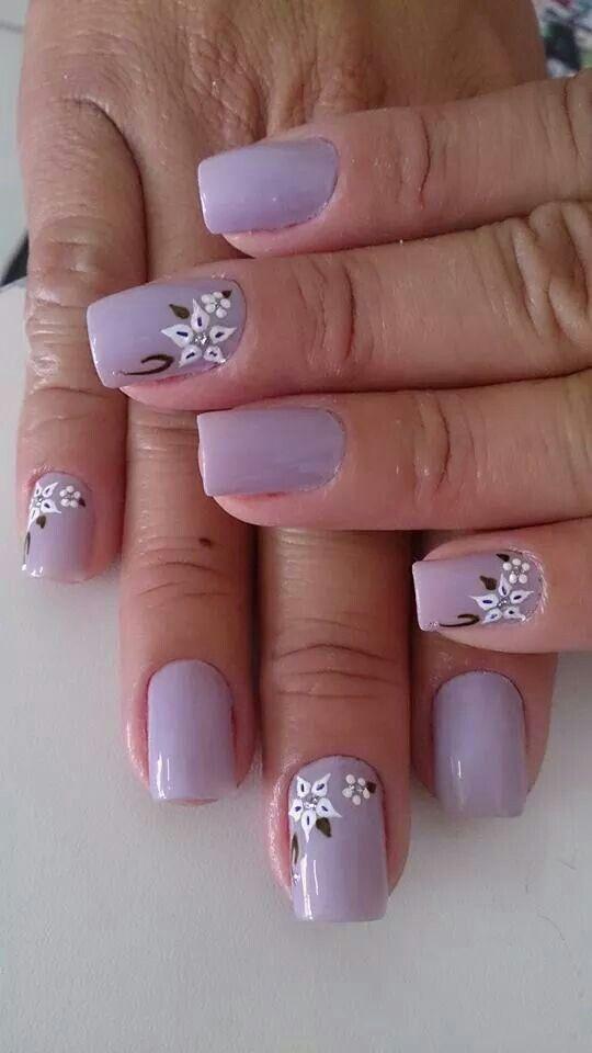 Uñas lila flores blancas