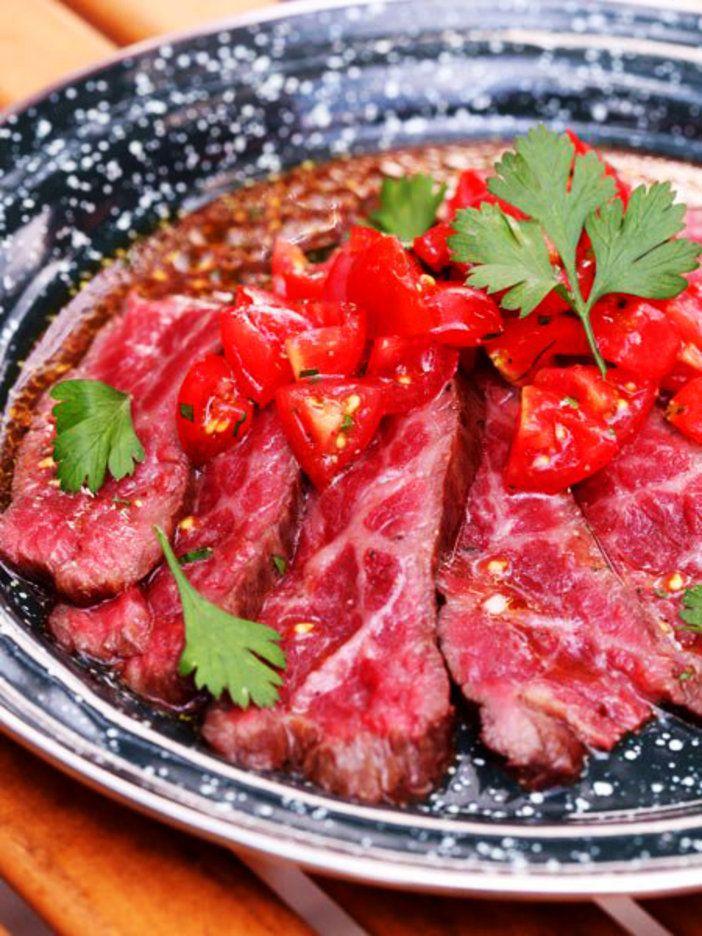 牛肉をタタキ状態にしたゴージャスなメインメニュー。肉はブロックのまま表面にしっかりまんべんなく焼き色をつけるのがコツ。|『ELLE a table』はおしゃれで簡単なレシピが満載!
