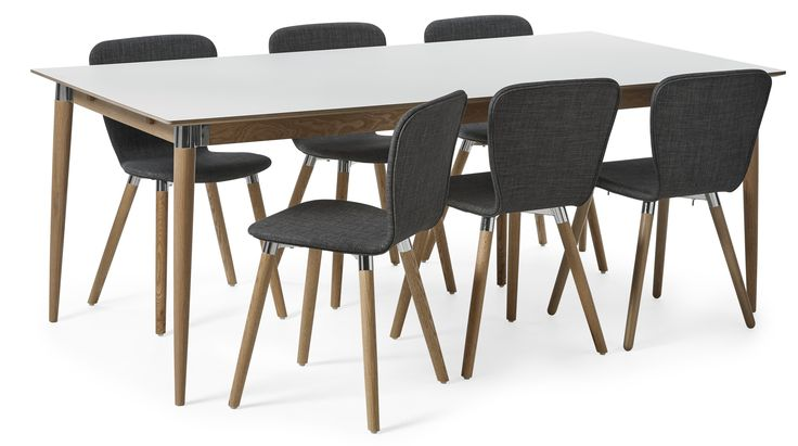 Acky är en modern matgrupp med retrokänsla. Bordet har skiva i reptålig lättskött högtryckslaminat. Underredet är i massiv ek behandlat med en vaxlack. Stolen Becky har en skön komfort med stoppad sits och rygg klädd i ett slitstarkt tyg. Benen på både bord och stol har läckra metalldetaljer i formgjuten aluminium. Acky matbord med Becky stol passar in i de flesta moderna och skandinaviska hem. Serien Acky är designad av Hans Thyge & Co. Skanna QR-koden på din möbel för att få se en film med…